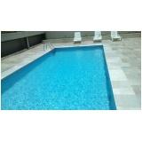 limpeza de piscina com água turva